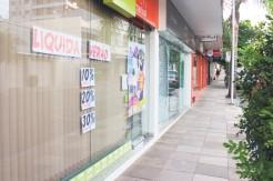 Lojistas apostam em descontos e condições de pagamento para vender o estoque de verão
