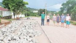 Moradores e Poder Público acompanham andamento da pavimentação associativa na rua Rio de Janeiro