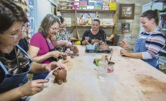 Na Casa do Museu, alunos das oficinas de cerâmica aprendem as técnicas para moldar a argila, matéria-prima que atravessou as barreiras do tempo